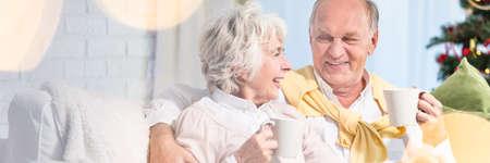 Ouder echtpaar kijkt liefdevol naar elkaar