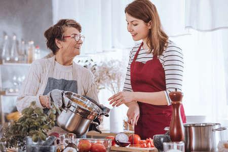 할머니와 손녀는 부엌에서 토마토 수프 요리