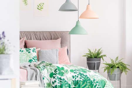 Stenen bloempotten met varens in pastel, natuurlijke slaapkamer