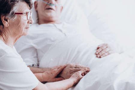 Ältere Frau , die ihren alten Ehemann im Krankenhaus nach der Operation besucht Standard-Bild