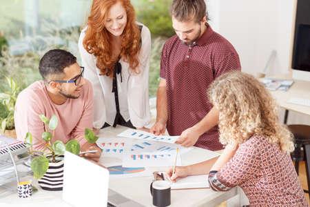 企業のオフィスでのビジネスミーティング中に新しいプロジェクトに取り組む若者のチーム