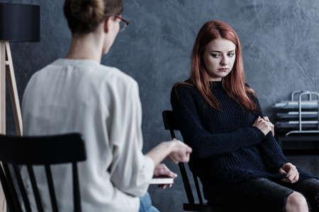 カウンセラーと相談する社会問題を抱える反抗的な少女
