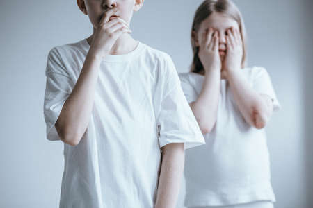 いじめに対するソーシャルキャンペーンのポスターをポーズする若い子供たち 写真素材 - 93794638