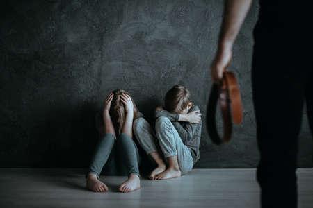 地下階に座って顔を隠す怖い子供たち 写真素材 - 93811145