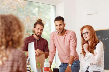 Creatieve jongeren die een nieuw project bespreken met teamleider tijdens zakelijke bijeenkomst op kantoor Stockfoto