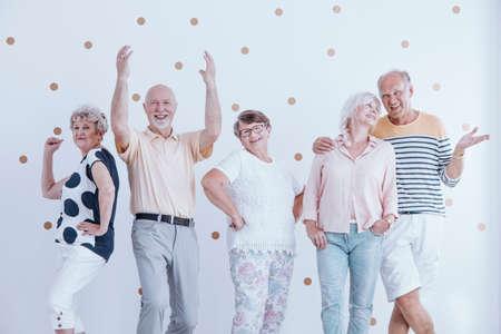 금 도트와 캐주얼 새해 파티에서 춤과 이야기 노인 친구 벽지 스톡 콘텐츠 - 94177843