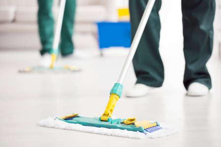 Close-up van persoon die een vloerzwabber houdt terwijl het schoonmaken van een huis Stockfoto - 95209734
