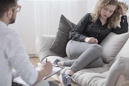 Adolescente inquiète parlant à son thérapeute de problèmes relationnels Banque d'images - 94924086