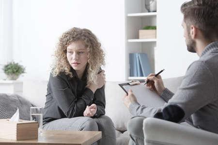 Jeune femme en deuil parlant à un psychothérapeute au bureau Banque d'images - 94924517