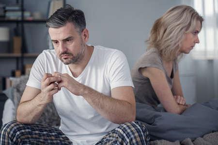 妻が離婚したいと発表した後、結婚指輪を脱ぐ男 写真素材