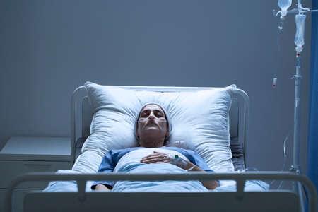 化学療法中に単独で死亡する癌の弱い女性 写真素材