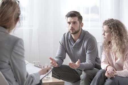Conjoints avec des problèmes parler à un conseiller pendant les procédures de thérapie Banque d'images - 96096345