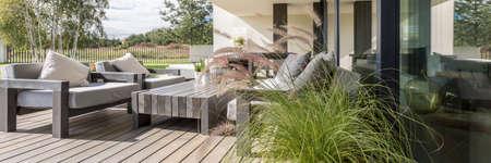 木製ボードで構成された床を持つテラスの木製の庭の家具