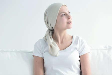 Glückliche junge Frau mit weißem Kopftuch , das genießt , genießt Ruhe der Krankheit Standard-Bild - 96573662