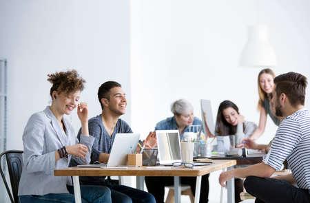 Positieve relaties tussen glimlachende werknemers die in het bedrijf werken