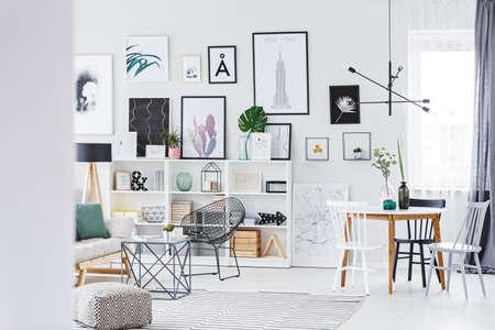 테이블과 세련된 거실 인테리어에 흰 벽에 걸려 많은 현대 포스터 스톡 콘텐츠 - 96924469