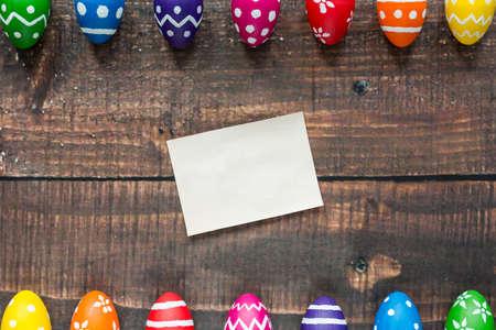 塗装卵の隣のテーブルの空のイースターカード