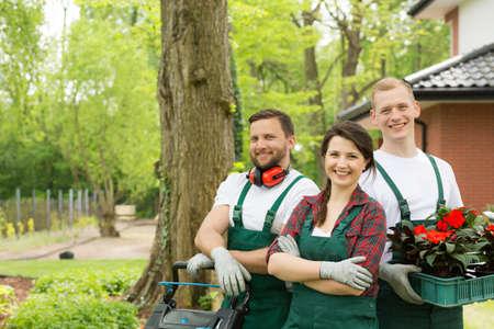 Portrait of enthusiastic gardeners in a green summer backyard Stockfoto