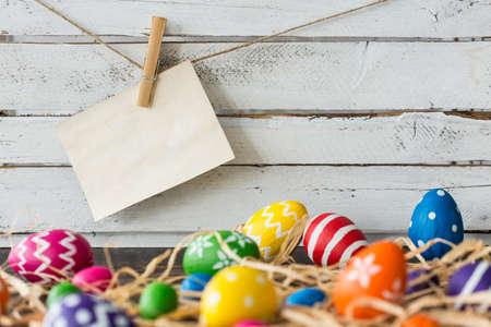 衣類ピンと干し草に塗られた卵の紙 写真素材