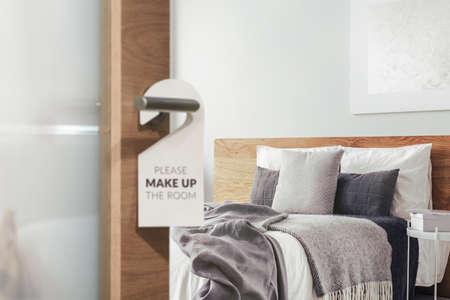 Przywieszka informacyjna na drzwiach sypialni hotelowej pozostawiona sprzątaczce do posprzątania