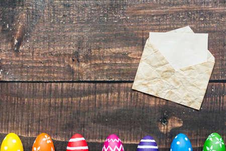 塗装卵の隣の古い封筒の手紙