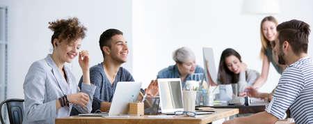 Équipe d'employés heureux travaillant ensemble dans une entreprise multiculturelle