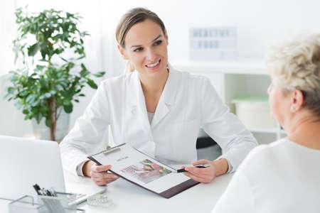Arts die een gepersonaliseerd dieetplan voorlegt aan haar oudste patiënt bij de eerste afspraak