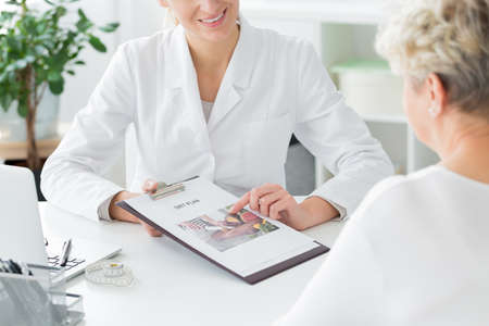 A doctor telling her patient about a diet plan. Healthy living concept Zdjęcie Seryjne