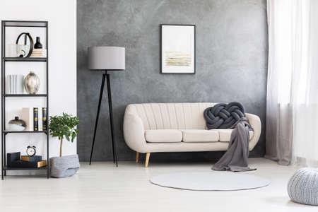 회색, 콘크리트 벽 및 검은 색 목재 가구가있는 산업 거실 인테리어의 가죽 베이지 긴 의자에 포스터 모형 스톡 콘텐츠 - 105282732
