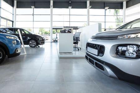 Station du vendeur de voitures et voitures garées à l'intérieur d'un concessionnaire moderne