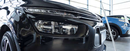 Close-up of front of black exclusive car in the showroom Stockfoto