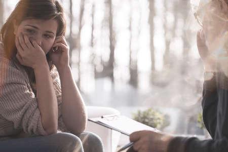 Weinende Frau mit psychischen Problemen während der Therapie mit Psychiater
