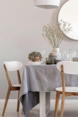 Mesa y sillas blancas en un interior de comedor elegante y pastel. Foto real Foto de archivo