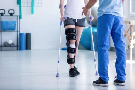 Professionele fysiotherapeut die patiënt met orthopedisch probleem ondersteunt