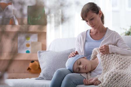 Madre e hija preocupadas con cáncer descansando en casa