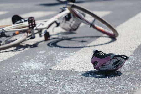 Casco y bicicleta en el paso de peatones después de un accidente de tráfico