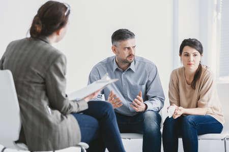 Marido y mujer durante la sesión de terapia con un psicólogo