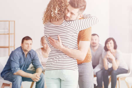 Man hugging woman during group therapy for couples Banque d'images - 115272839