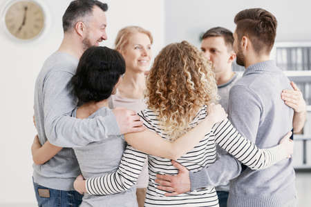 Men and women hugging each other during therapy for couples with problems 免版税图像 - 114496873