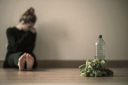 Chica adolescente con anorexia nerviosa en dieta restringida de agua y ensalada