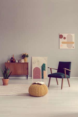 Diseño de interiores de sala de estar de mediados de siglo con muebles retro