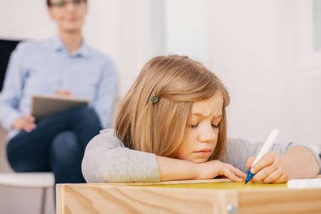 Chica concentrada haciendo ejercicios durante las clases extracurriculares