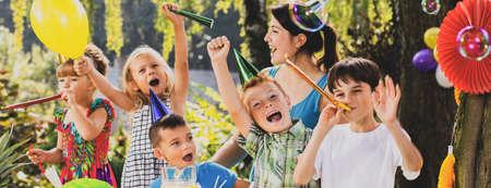 Vue panoramique d'enfants jouant avec un animateur lors d'une fête d'anniversaire Banque d'images