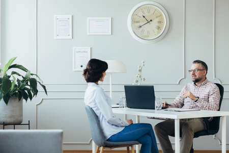 HR specialist helping to an employee manage her cerreer Stockfoto