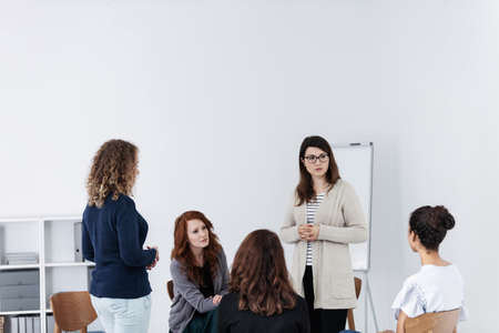 Group of young women talking sitting in a circle. Psychological support concept Stockfoto