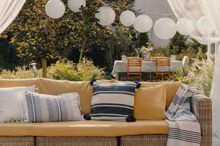 Salon extérieur élégant sur la terrasse de la maison élégante, vraie photo