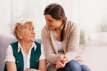 Senior vrouw en behulpzame vrijwilliger bij verpleeghuis Stockfoto