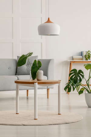 White and wooden lamp and table in living room Stockfoto