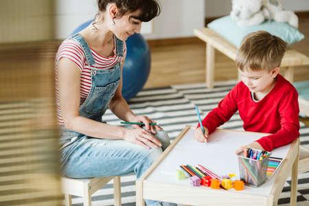 In der Therapie lernt das Kind Fähigkeiten, die aufgrund von ADHS nicht selbstverständlich sind, wie z. B. besser zuhören und aufpassen