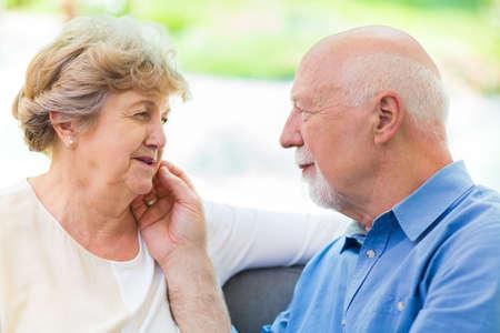 Ouder echtpaar zorgt voor elkaar Stockfoto